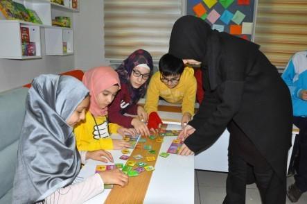 Düğmeciler Mahallesi, İngilizce eğitimi, Simurg Dil Evi, Arapça dil eğitimi