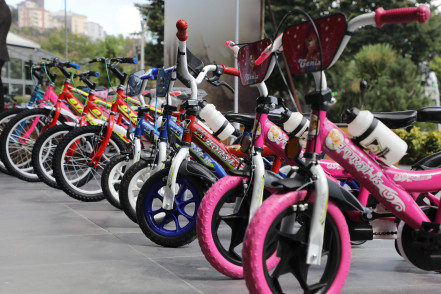 Yetim ve öksüz çocuklara bisiklet hediye ettik