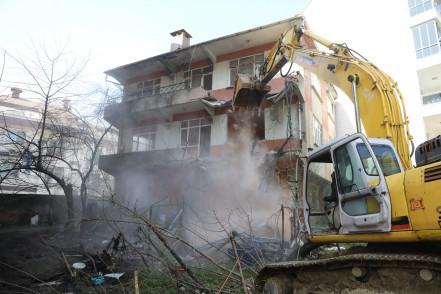 Süresi dolan riskli yapıların yıkımı devam ediyor