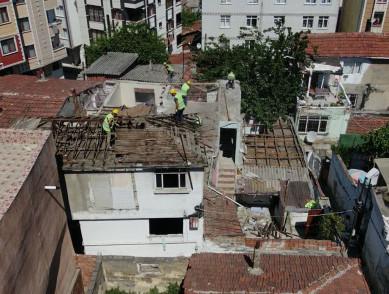 Asbestli yapının yıkımı, tüm önlemler alınarak yıkıldı