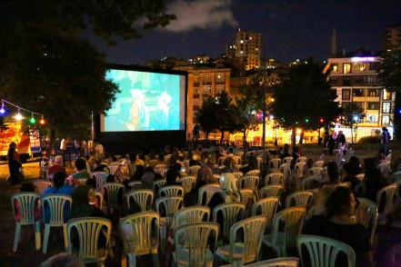 Sakarya Mahallesi'nde açık hava sinema keyfi