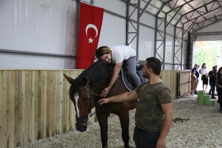 Eyüpsultanlı özel öğrenciler atla terapi oluyor