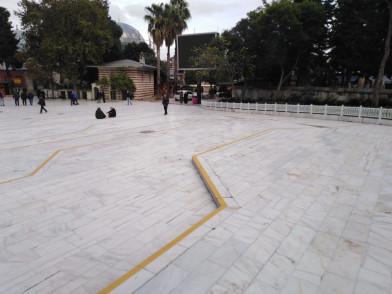 Eyüp Sultan Camii Meydanı'na uyarı çizgileri